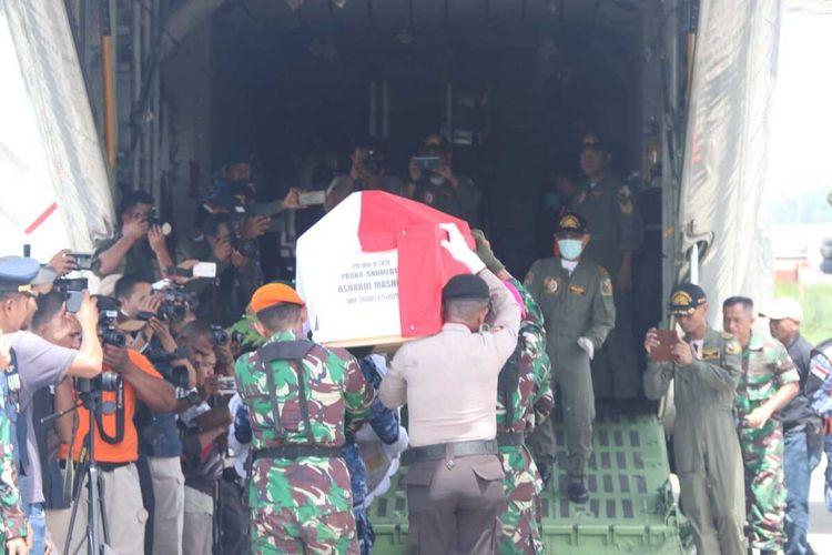 Salah satu jenazah Anggota TNI yang menjadi korban jatuhnya Heli MI17, dimasukan ke dalam pesawat Hercules untuk diantar ke Semarang, Jawa Tengah. Jayapura, Papua, Senin (17/02/2020)