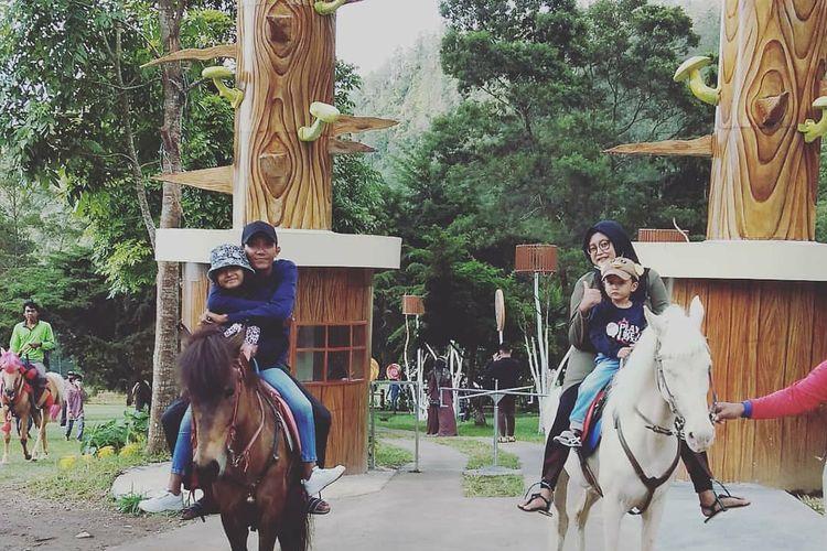 Aktivitas berkuda di Tawangmangu Wonder Park