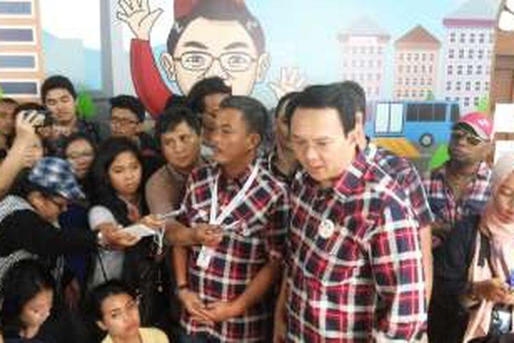 Calon gubernur DKI Jakarta Basuki Tjahaja Purnama alias Ahok bersama ketua tim pemenangannya Prasetio Edi Marsudi saat berada di rumah relawan di Jalan Taman Situ Lembang, Menteng, Jakarta Pusat, Rabu (23/11/2016).