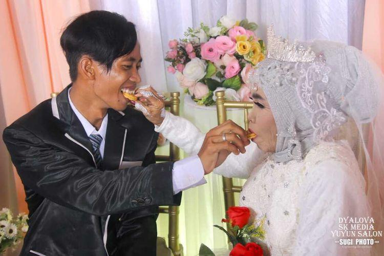 Foto pernikahan Mbah Gambreng dan Ardi Waras yang merupakan anak angkatnya yang menghebohkan warga Ogan Komering Ilir, Sumatera Selatan.