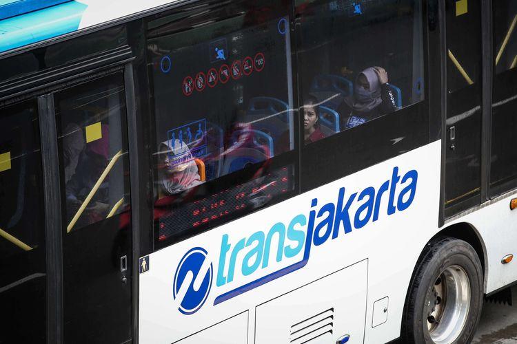 Bus transjakarta melintas di Jalan M.H Thamrin, Jakarta Pusat, Kamis (6/2/2020). Jumlah pengguna transjakarta telah menembus 1 juta penumpang per hari. Jumlah penumpang sebanyak 1.006.579 orang tercatat pada Selasa (4/2/2020).