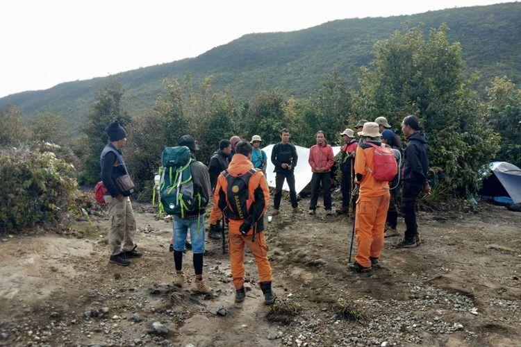 Tim SAR gabungan mencari keberadaan dua pendaki asal Jambi yang hilang di Gunung Dempo, kota Pagaralam,Sumatera Selatan sejak 15 Oktober 2019. Meskipun telah satu pekan pencarian, tim masih juga belum mengetahui keberadaan kedua korban hingga akhirnya masa pencarian diperpanjang selama tiga hari kedepan.