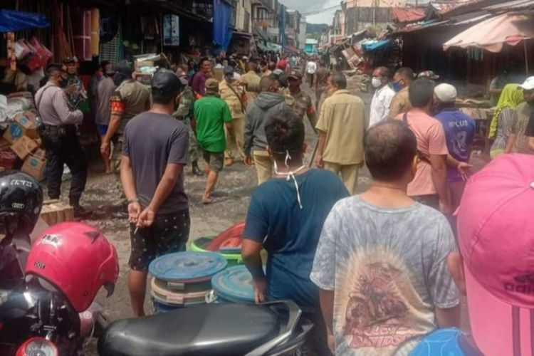 Rausan lapak pedagang di Pasar Mardika Ambon dibongkar tim gabungan dari Pemerintah Kota AMbon dibantu aparat TNI Polri, Selasa (22/9/2020)