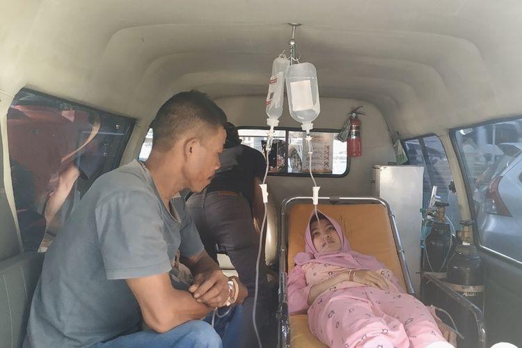 Dua korban keracunan massal di dalam mobil ambulans akan dirujuk ke RSUD Sekarwangi Cibadak dari Puskesmas Bantargadung, Sukabumi, Jawa Barat, Kamis (12/9/2019).