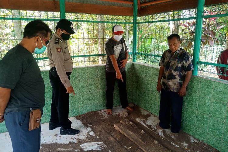 Makam Bupati Ngawi yang menjabat ditahun 1834 – 1837 Raden Adipati Kertonegoro  yang terletak di pemakaman umum Dusun Krajan Kulon Desa Sine Kecamatan Sine Kabupaten Ngawi dirusak oleh orang tak dikenal.