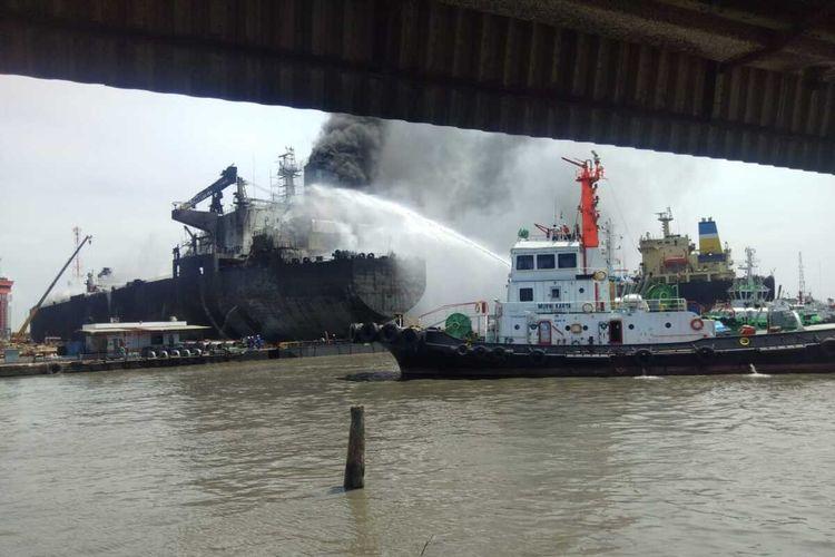 Proses pemadaman api di kapal tanker MT Jag Leela yang terbakar sejak Senin (11/05/2020) pukul 08.30 WIB hingga sore masih berlangsung.