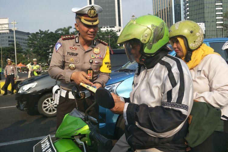 Direktur Lalu Lintas Polda Metro Jaya Kombes Yusuf saat melakukan sosialisasi jelang penerapan ETLE di simpang Sarinah, Jakarta Pusat, Senin (15/10/2018).