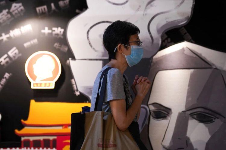 Seorang pengunjung berdoa di samping sebuah lukisan Dewi Demokrasi di Museum 4 Juni yang dibuka kembali di Hong Kong, China, 30 Mei 2021. Museum itu didirikan untuk mengenang tragedi demonstrasi di Lapangan Tiananmen pada 1989.