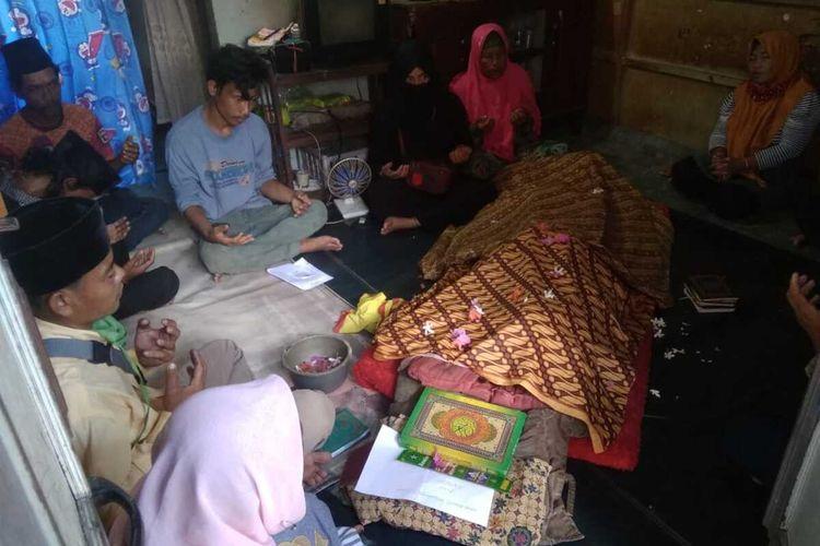 Jenazah Agung Muhammad Tegar (18) saat berada di rumah usai melompat di sungai Musi, Palembang,Sumatera Selatan, Senin (24/8/2020).