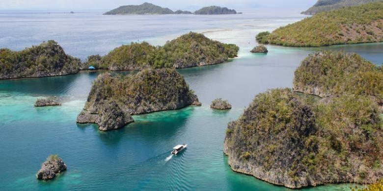 Destinasi wisata Pianemo di Kabupaten Raja Ampat, Papua Barat, Kamis (5/5/2016). Untuk melihat panorama bahari ini, wisatawan harus menaiki 320 anak tangga, sebelum akhirnya rasa capek terbayar dengan melihat keindahan Pianemo dari atas bukit.