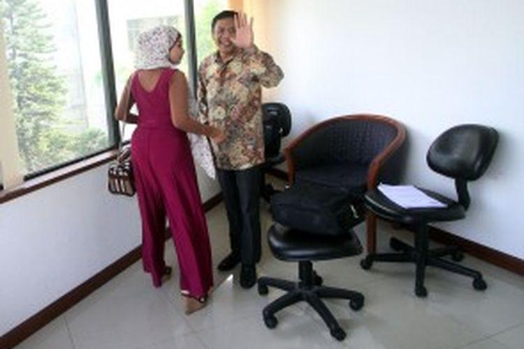 Terdakwa Ahmad Fathanah (kanan) ditemani istrinya Sefti Sanustika bersiap menjalani sidang perdana di Pengadilan Tindak Pidana Korupsi Jakarta, Senin (24/6/2013). Fathanah diajukan ke pengadilan karena diduga terlibat dalam kasus suap kuota impor daging sapi di Kementerian Pertanian.