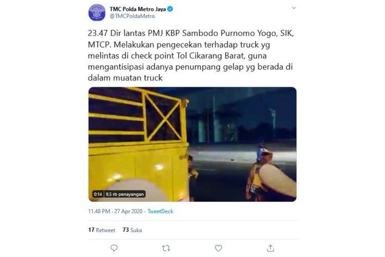 Polisi memeriksa truk di check point Tol Cikarang Barat untuk mengantisipasi adanya penumpang gelap.