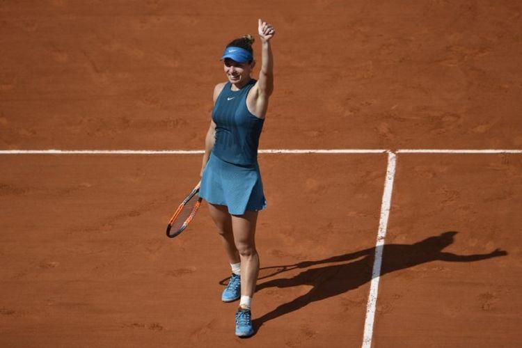 Petenis Rumania, Simona Halep, merayakan kemenangan atas Garbine Muguruzapada semifinal Roland Garros 2018, 7 Juni 2018.