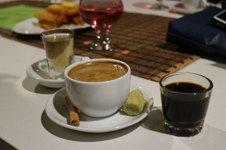 Satu set kopi 11 rempah yang terdiri dari kopi murni 7 rempah, kopi susu, dan air lima akar tunggang