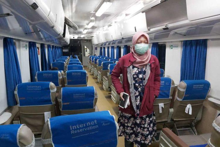 GUNAKAN MASKER--Nampak salah satu penumpang kereta api di wilayah Daop 7 Madiun mengenakan masker saat berada didalam kereta.
