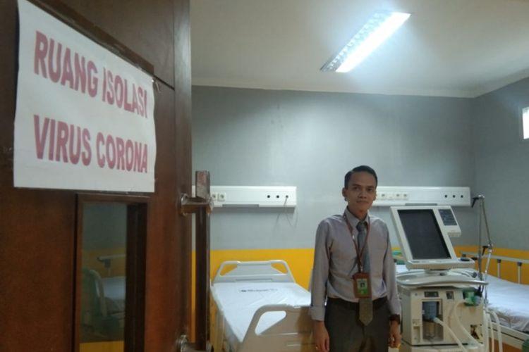 Kepala Bidang Pelayanan RSU dr Slamet Garut saat menunjukan ruang isolasi yang disiapkan bagi pasien suspect virus corona, Senin (03/02/2020).