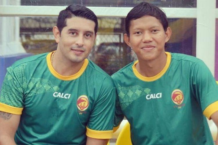 Esteban Vizcarra dan Adam Alis saat laga uji coba Sriwijaya FC di Stadion Bumi Sriwijaya, Palembang