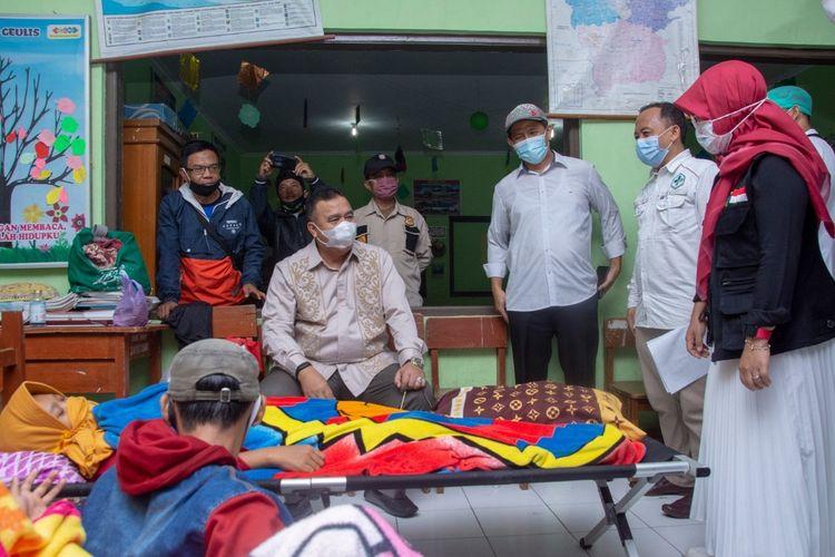 Wali Kota Tasikmalaya Budi Budiman, meninjau langsung para pasien keracunan massal yang sudah tembus sebanyak 215 orang korban di Puskesmas Mangkubumi, Kota Tasikmalaya, Senin (12/10/2020).