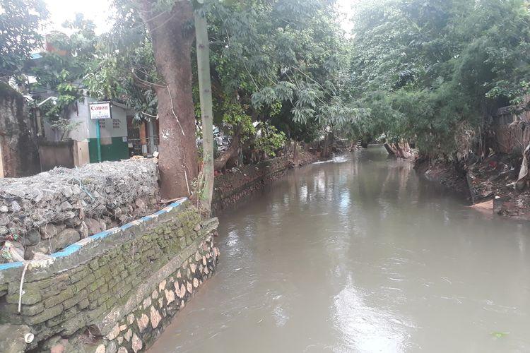 Kali Sunter yang berdampingan dengan wilayah RW 03, Kelurahan Cipinang Melayu, Makasar, Jakarta Timur, Jumat (7/2/2020).