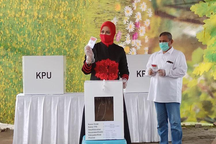 Calon Bupati Jember Faida saat menggunakan hak pilihnya di perumahan gunung batu Kelurahan Sumbersari