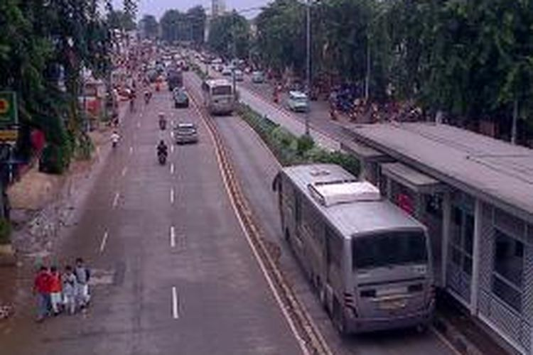 Lalu lintas Lancar di Jalan Raya Otista, Bidara Cina Jakarta Timur. Sebelumnya, jalan ini tergenang banjir sekitar 70 sentimeter