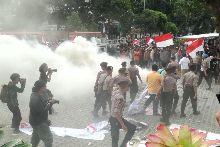 Kelompok massa yang mengatasnamakan Aliansi Mahasiswa dan Pemuda Relawan Cinta NKRI memicu kerusuhan, Jumat (13/9/2019) di Gedung Merah Putij KPK.