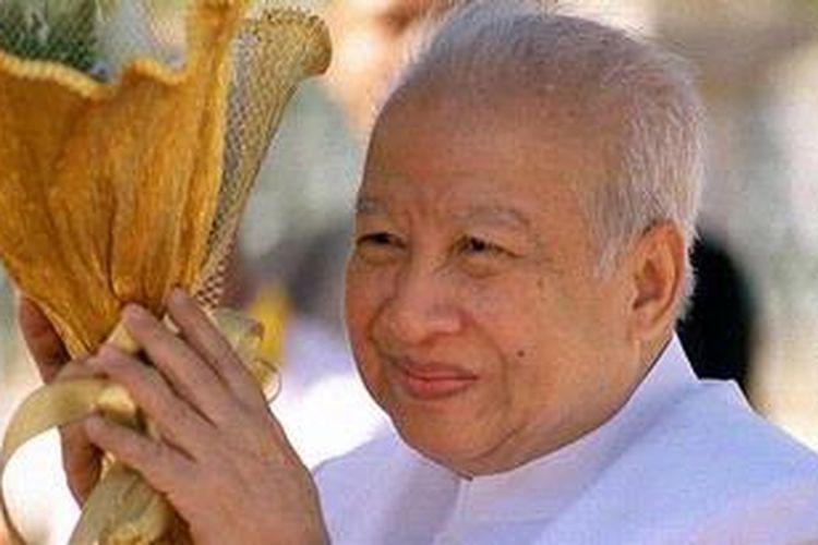 Mantan Raja Kamboja, Norodom Sihanouk, meninggal dunia di Beijing, China, karena sakit. Foto ini diambil dalam acara kenegaraan di Phnom Pehn, Kamboja, 12 Desember 2002.