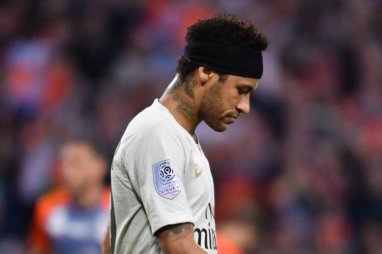 Pemain Paris Saint-Germain, Neymar, tampak kecewa seusai laga Montpellier vs PSG dalam lanjutan Liga Perancis di Stade de la Mosson, 30 April 2019.