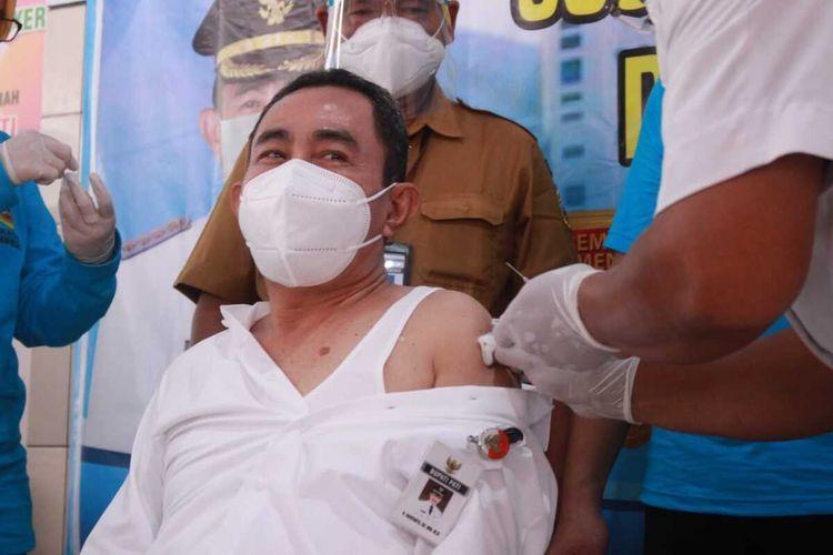 Bupati Pati Haryanto saat disuntik vaksin covid-19 dalam program pencanangan vaksinasi Covid-19 yang digelar di RSUD RAA Soewondo, Kabupaten Pati, Jawa Tengah, Senin (25/1/2021).