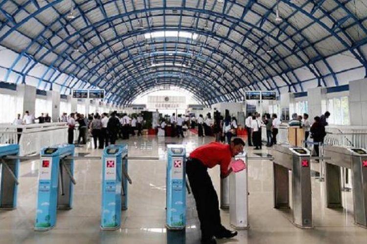 Petugas kebersihan mengelap pintu tiket elektronik di Stasiun Palmerah, Jakarta, sebelum stasiun tersebut diresmikan Menteri Perhubungan Ignasius Jonan, Senin (6/7). Stasiun Palmerah baru saja selesai direvitalisasi dengan biaya dari APBN sekitar Rp 36 miliar.