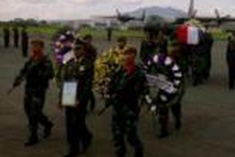 Jenazah Kapten CPN Wahyu Ramdan, salah satu korban jatuhnya helikopter MI-17 milik TNI AD di Malinau, Kalimantan Utara, tiba di Bandara Husein Sastranegara Bandung, Jawa Barat, Kamis (21/11/2013).