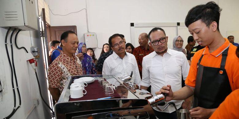 Menteri Ketenagakerjaan (Menaker) Muhammad Hanif Dhakiri berkunjung ke salah satu Balai Latihan Kerja (BLK) di Indonesia.
