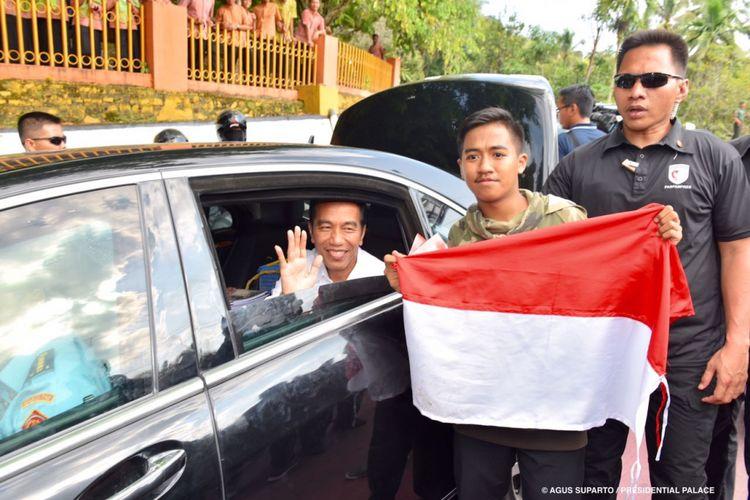 Seorang pelajar SMA di Solok, Sumatera Barat membentangkan bendera merah putih di depan Presiden Joko Widodo di sela kunjungan kerja di Provinsi Sumatera Barat, Kamis (7/2/2018) lalu.