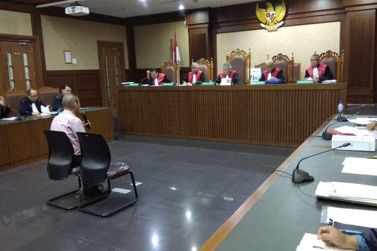 Jaksa Komisi Pemberantasan Korupsi (KPK) mendakwa Direktur Utama PT Fajar Mulia Transindo (FMT) Pieko Njotosetiadi menyuap mantan Direktur Utama PT Perkebunan Nusantara (PTPN) III Dolly Parlagutan Pulungan sebesar 345.000 dollar Singapura atau setara Rp 3,55 miliar.