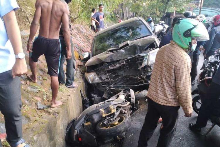 Mobil Hilux yang dikendarai Wakil Bupati Yalimo, Erdi Dabi masuk ke parit setelah menabrak seorang Polwan yang mengendarai motor, Jayapura, Papua, Rabu (16/9/2020)