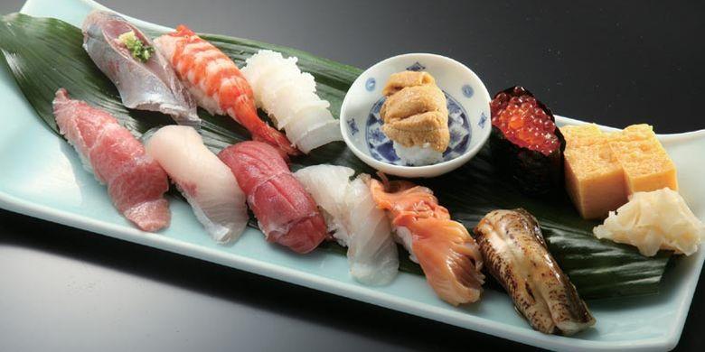 Restoran Sushi-dokoro Yamazaki di Tokyo ini menjual hidangan sushi yang menggunakan bahan ikan segar dari berbagai daerah.