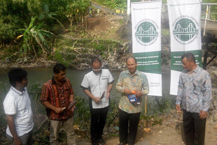 Peletakan batu pertama pembangunan jembatan di Gunungpati, Semarang dengan dana purifikasi oleh PT Manulife Asset Management Indonesia dan Dompef Dhuafa, Kamis (11/5/2017).