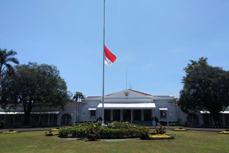 Bendera setengah tiang terpasang di rumah dinas Gubernur Jabar Ridwan Kamil (Gedung Pakuan), Jalan Otista, Kamis (12/9/2019). Pengibaran bendera setengah tiang itu dilakukan sebagai bentuk penghormatan atas meninggalnya Presiden ke-3 RI BJ Habibie.