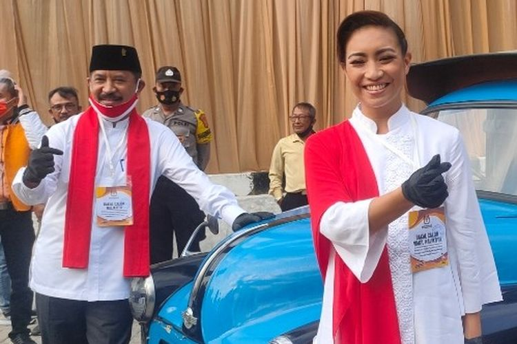 Bakal pasangan calon wali kota dan wakil wali kota Tangerang Selatan (Tangsel) di Pilkada Tangsel 2020, Muhamad dan Rahayu Saraswati Djojohadikusumo, berfoto di depan oplet di halaman Gedung KPU Tangsel, Jumat (4/9/2020)