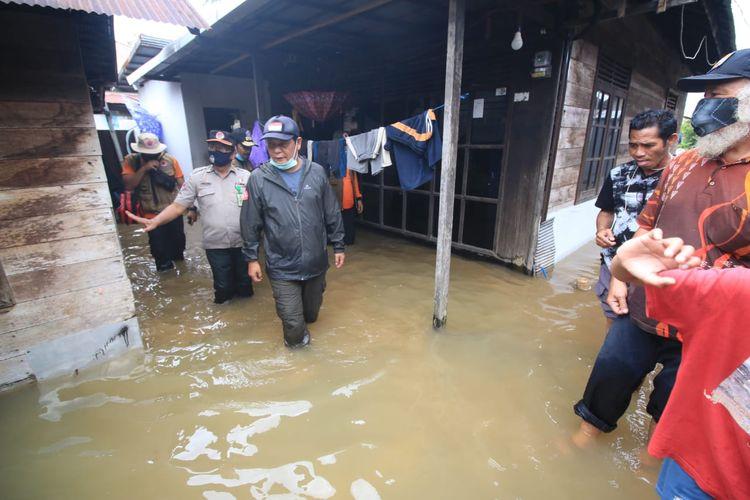 Gubernur Kalsel Sahbirin Noor saat meninjau musibah banjir di daerah Teluk Selong Ulu, Kecamatan Martapura Barat, Kabupaten Banjar, Provinsi Kalsel, Selasa (29/12/2020).