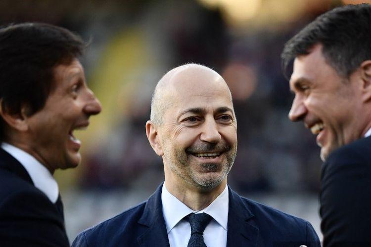 CEO Milan Ivan Gazidis (tengah), direktur teknis Milan, Leonardo (kiri) dan direktur teknis Milan Italia Paolo Maldini, berbicara sebelum pertandingan sepak bola Serie A Italia antara Torino dan AC Milan pada 28 April 2019 di stadion Grande Torino di Turin