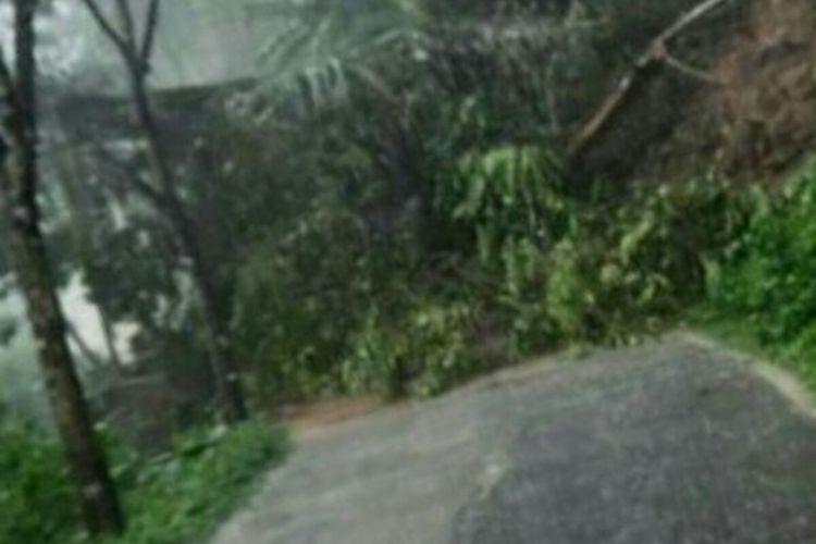 Akses jalan di wilayah Kaduoandak, Kabupaten Cianjur, Jawa Barat, terputus akibat tanah longsor (2/12/2020).