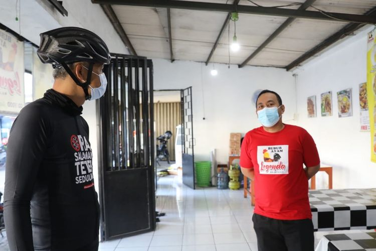 Gubernur Jawa Tengah Ganjar Pranowo disela gowes pagi mampir ke warung bubur ayam Legenda Kota Semarang, Senin (26/7/2021).