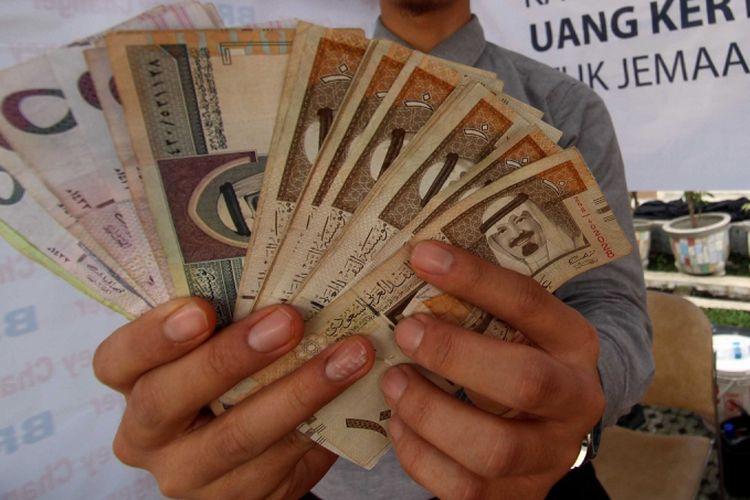 Lembaran Uang Kertas Riyal Arab Saudi.