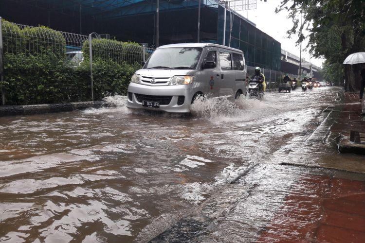 Sejumlah kendaraan bermotor melintasi jalur lambat Jalan Bypass di kawasan Sunter, Jakarta Utara, yang terendam banjir, Kamis (15/2/2018)
