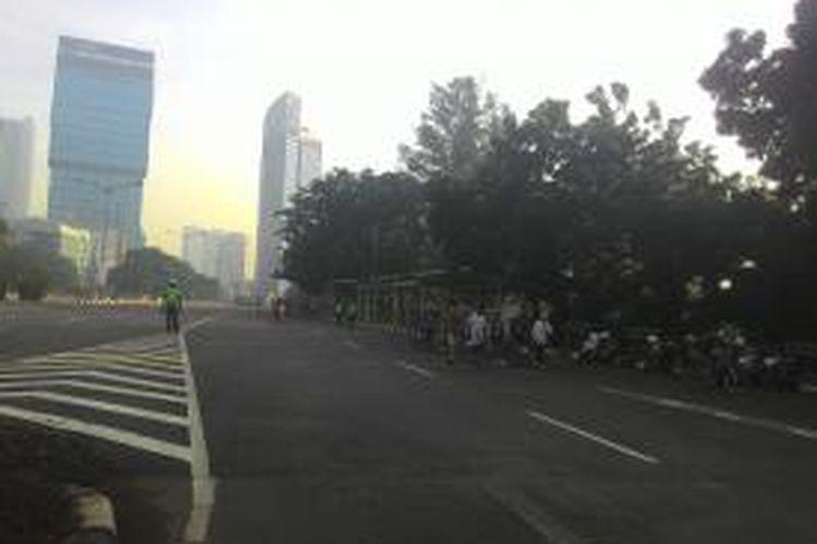 Tak ada CFD pada Minggu (19/4/2015) di Jalan Jenderal Sudirman, tetapi masih banyak warga yang berolahraga.