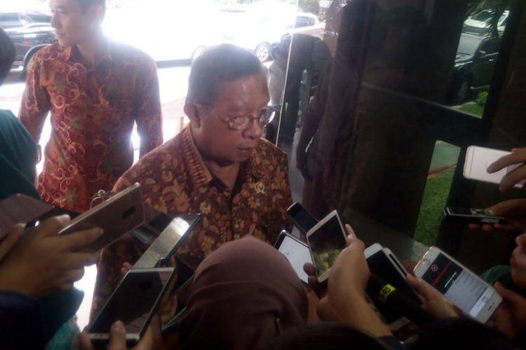 Menteri Koordinator Bidang Perekonomian, Darmin Nasution memberikan keterangan kepada awak media di Kantor Kementerian Koordinator Bidang Perekonomian, Jakarta, Jumat (15/2/2019).