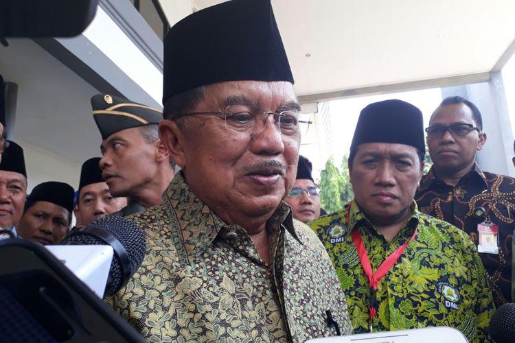Wakil Presiden Jusuf Kalla usai acara Muktamar ke-7 Dewan Masjid Indonesia, di Asrama Haji, Pondok Gede, Jakarta Timur, Sabtu (11/11/2017).