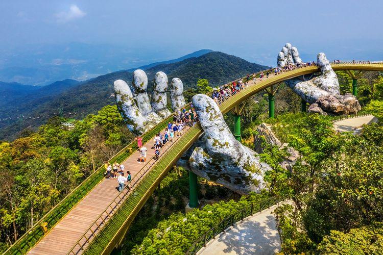 Ilustrasi obyek wisata Da Nang Vietnam. Golden Bridge.