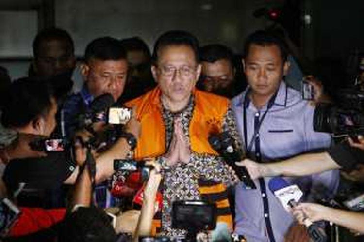 Ketua DPD RI Irman Gusman keluar dari gedung KPK Jakarta menuju ke mobil tahanan KPK usai diperiksa, Sabtu (17/9/2016).